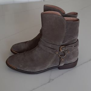 UGG leather ankle boots 11